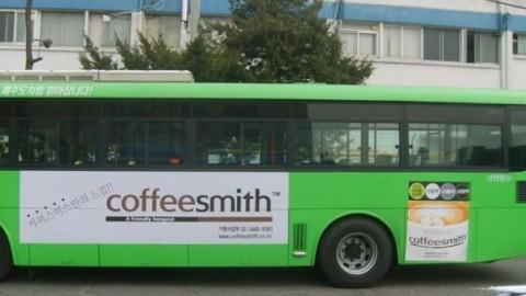 커피스미스 버스 및 전광판 광고 진행