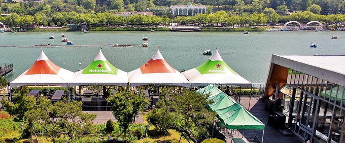 14일 오후 옥상영업을 하고 있는 대구시 수성구 수성못 주변의 한 식당. 이지용기자 sajahu@yeongnam.com